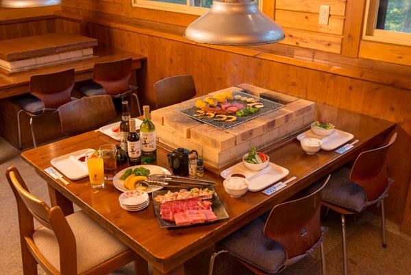 食堂のバーベキューテーブル