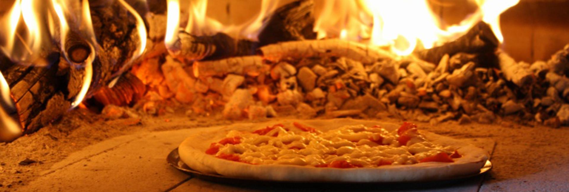 石窯でピザ焼き