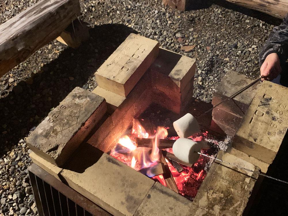 炭火でマシュマロ
